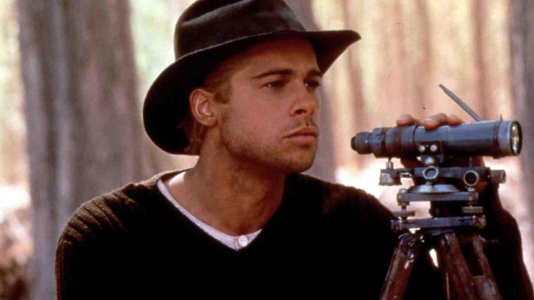 """Brad Pitt als Bergsteiger Henrich Harrer schaut in """"Sieben Jahre in Tibet"""" durch ein Fernglas"""
