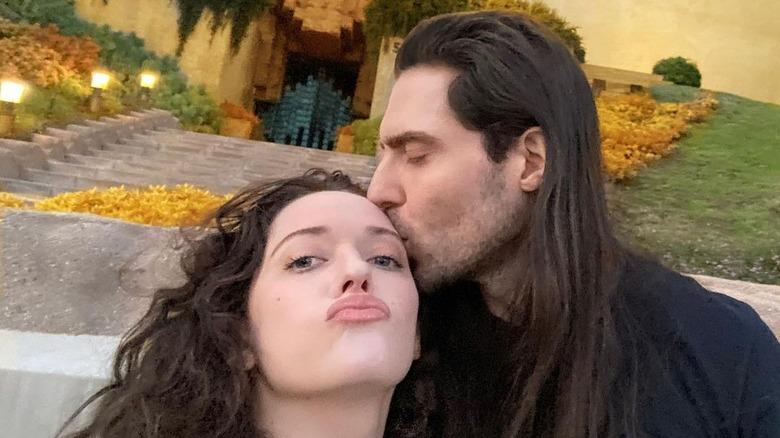 Kat Dennings und Andrew WK machen ein Selfie
