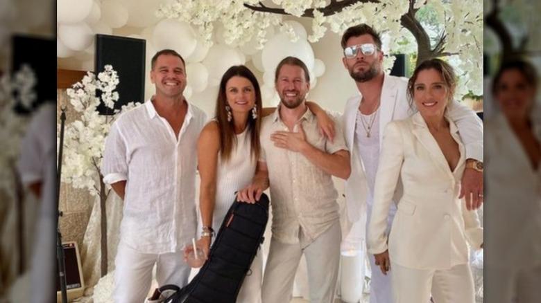 Freunde von Chris Hemsworth und Elsa Pataky (jeweils ganz rechts) posieren zusammen und lächeln in rein weißen Outfits