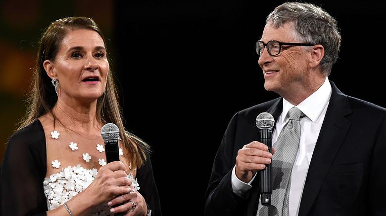 Melinda und Bill Gates unterhalten sich in Mikrofone