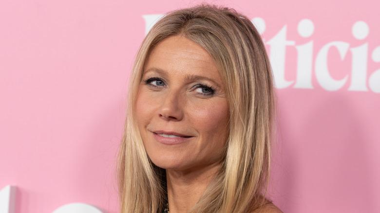 Gwyneth Paltrow auf rotem Teppich mit leichtem Lächeln