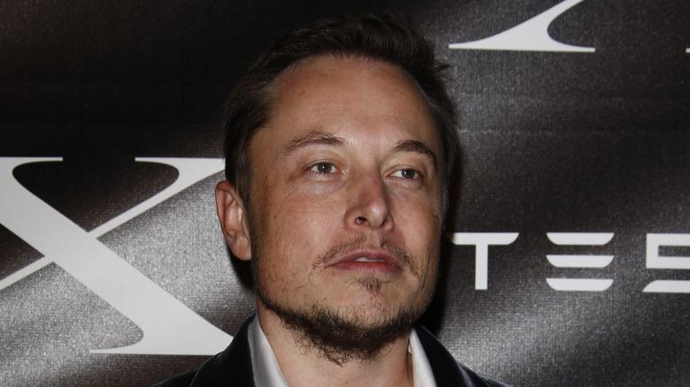 Elon Musk mit ernstem Gesichtsausdruck