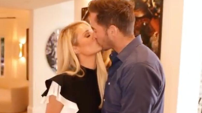 Paris Hilton Carter Reum küsst sich