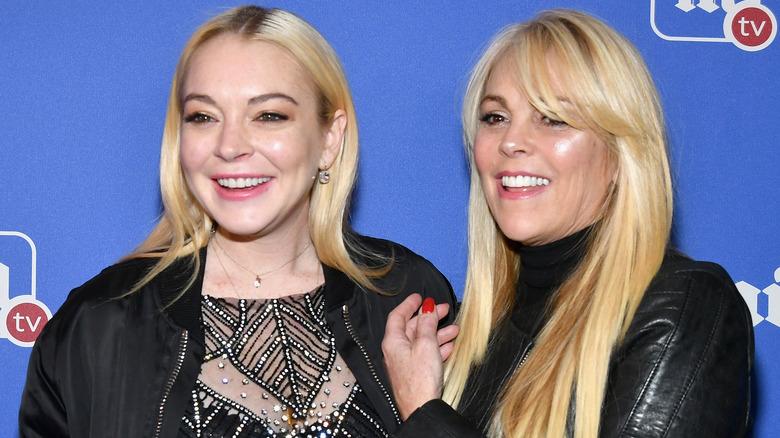 Lindsay und Dina Lohan lächeln