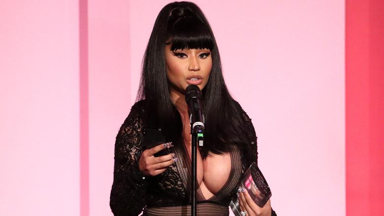 Nicki Minaj nimmt den Gamechanger Award auf der Bühne während der Billboard Women In Music 2019 entgegen