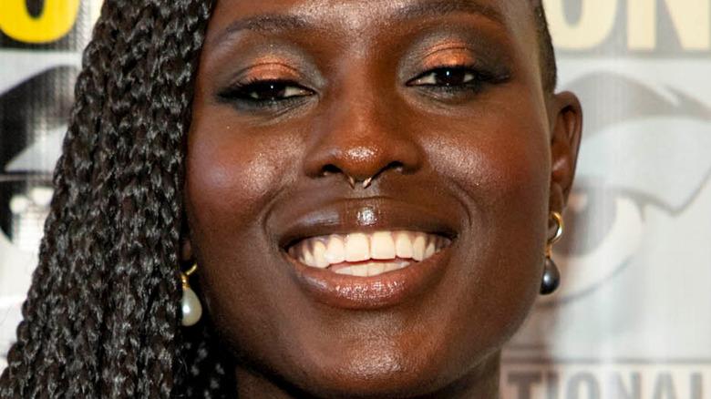 Jodie Turner-Smith lächelt