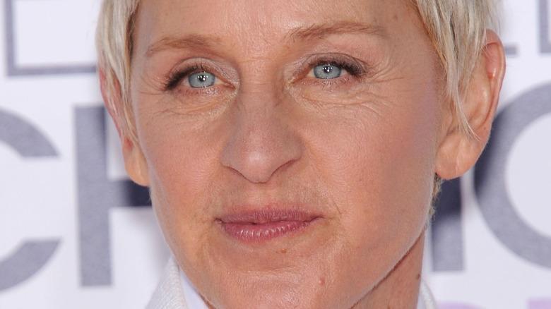 Ellen DeGeneres mit neutralem Ausdruck