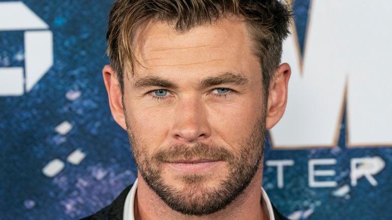 Chris Hemsworth lächelt mit einem kurzen, ungepflegten Bart