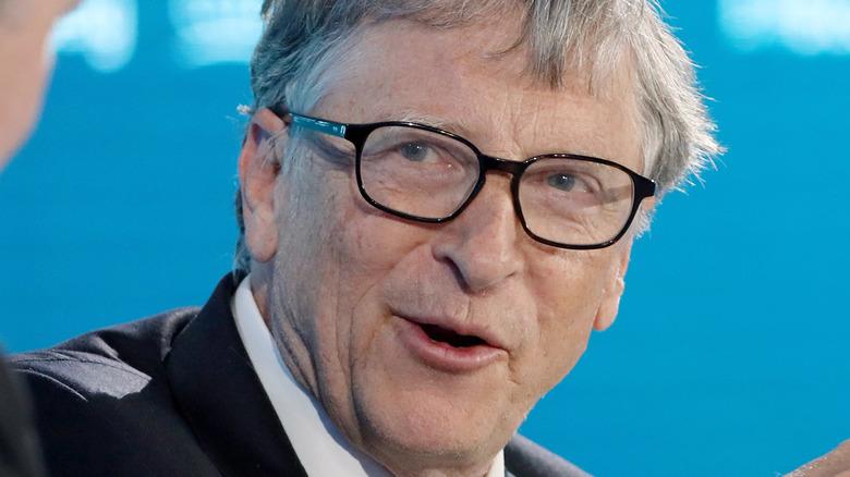 Bill Gates spricht und schaut mit einer Brille auf seine rechte Seite