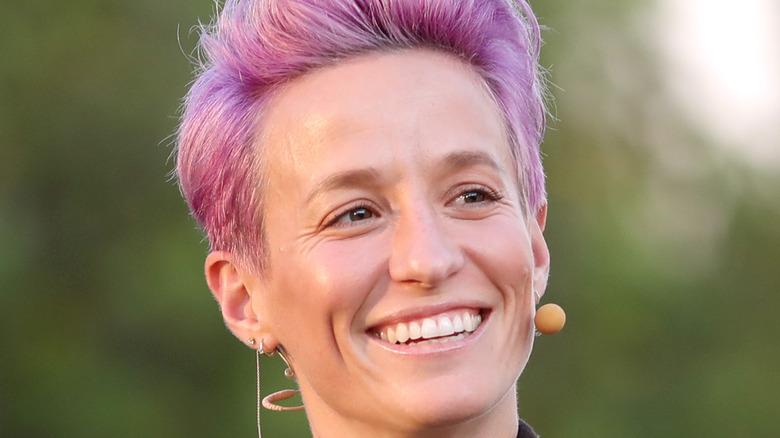 Megan Rapinoe lächelt rosa Haare