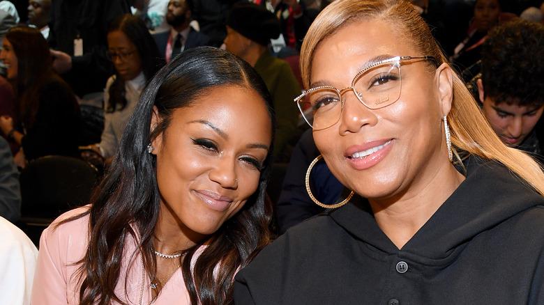 Eboni Nichols und Queen Latifah sitzen und lächeln