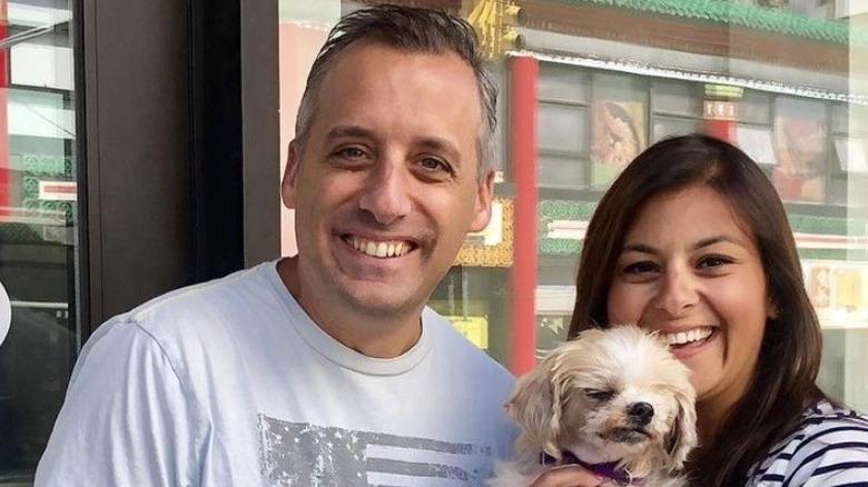 Joe Gatto und Bessy Gatto halten einen ihrer Hunde