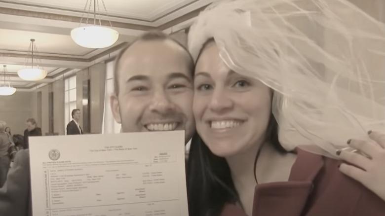 James Murray und Jenna Vulcano mit ihrer Heiratsurkunde