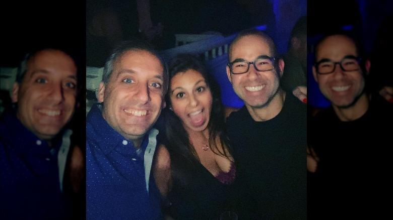 Joe Gatto, Bessy Gatto und James Murray lächeln für ein Selfie