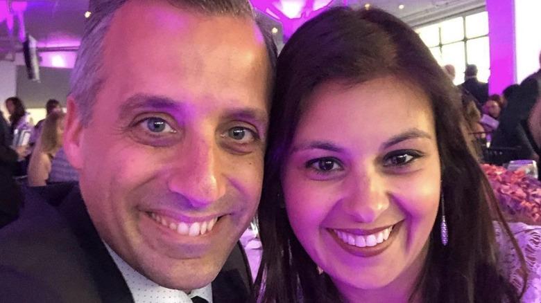 Joe Gatto und Bessy Gatto lächeln für ein Selfie während einer Veranstaltung