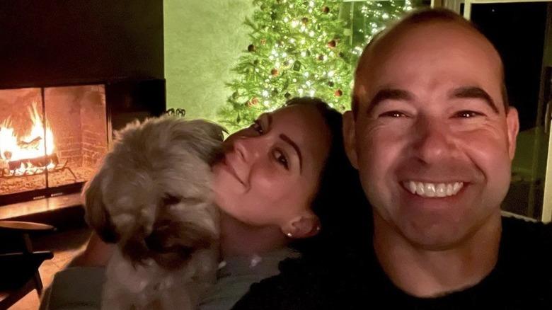 James Murray und Melyssa Davies lächeln zu Weihnachten mit ihrer Hündin Penny