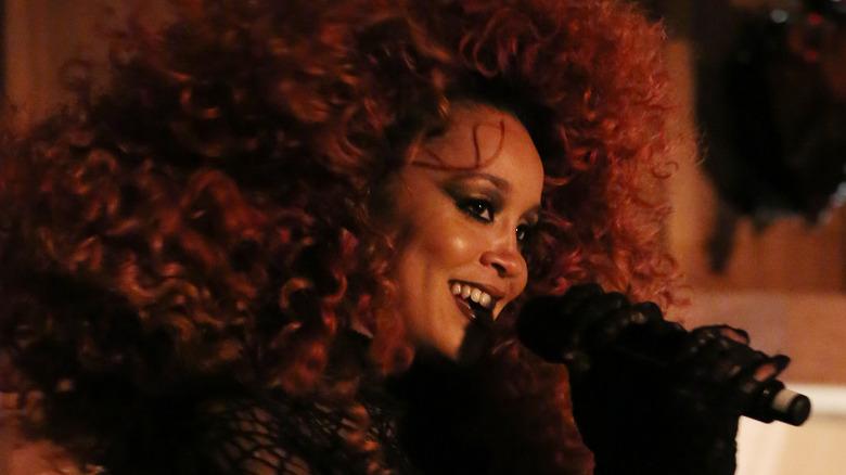 Jillian Hervey singt mit Lion Babe