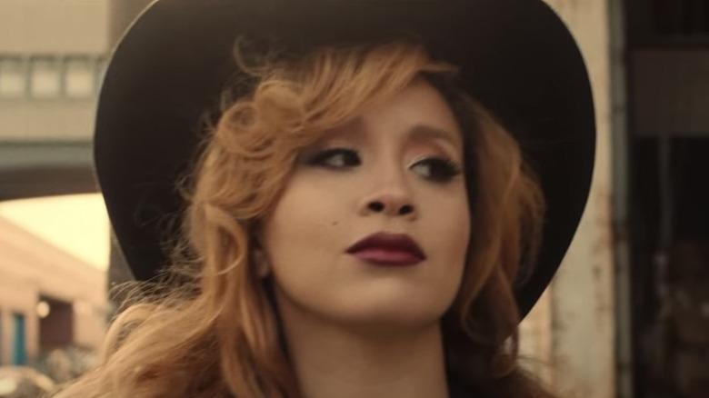 Jillian Hervey trägt einen Hut