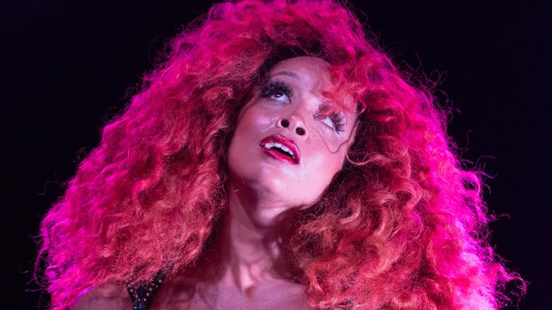Jillian Hervey mit großen rosa Haaren