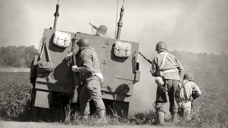Soldaten am Boden im Zweiten Weltkrieg