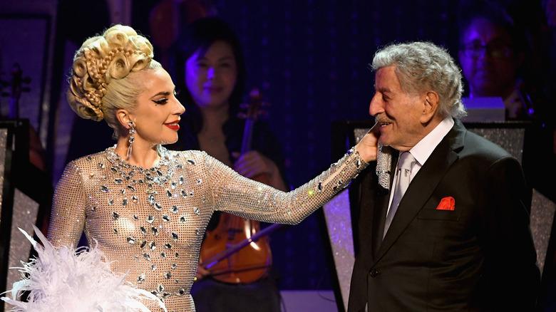 Lady Gaga berührt Tony Bennetts Gesicht