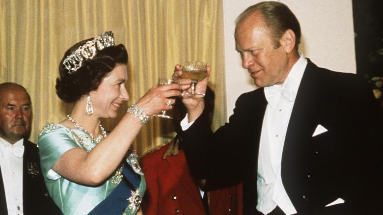Queen Elizabeth und Gerald Ford stoßen beide an