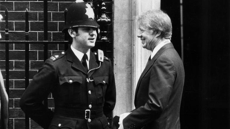Jimmy Carter und ein britischer Polizist unterhalten sich
