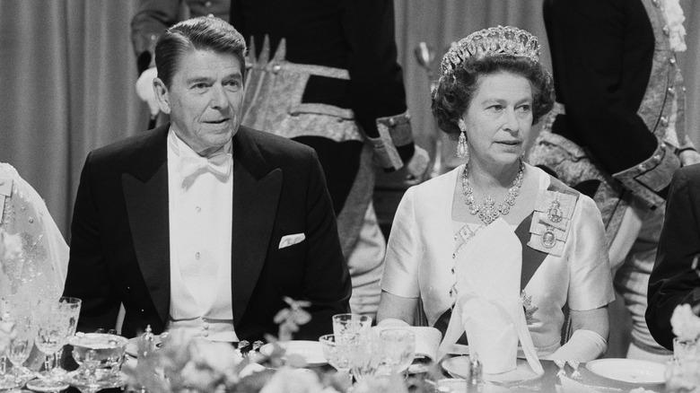 Ronald Reagan und Queen Elizabeth, beide sitzen beim Abendessen