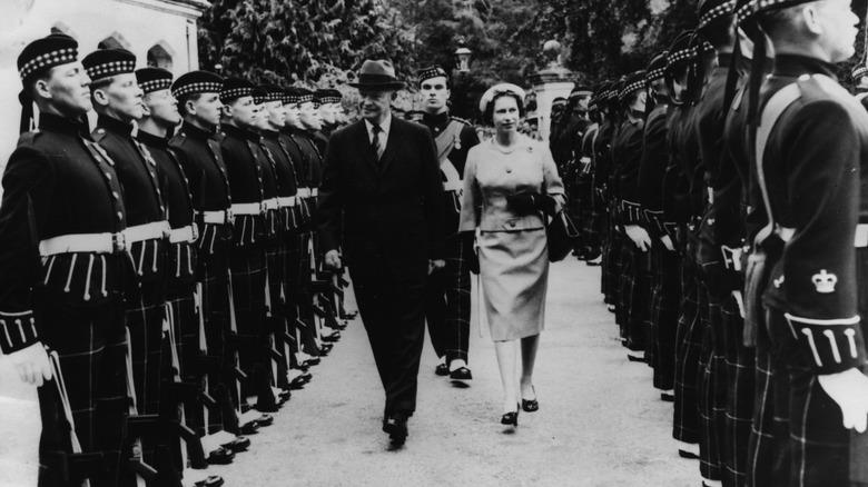 Dwight Eisenhower und Queen Elizabeth laufen beide
