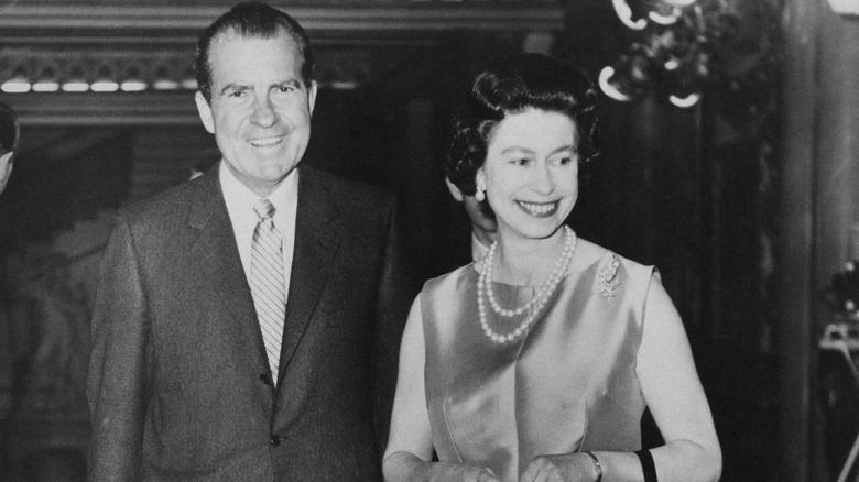 Richard Nixon und Queen Elizabeth, beide lächeln