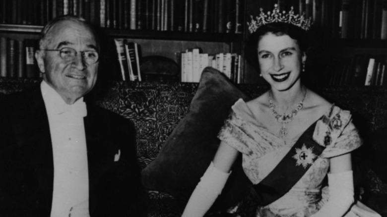 Harry Truman und Queen Elizabeth lächeln beide