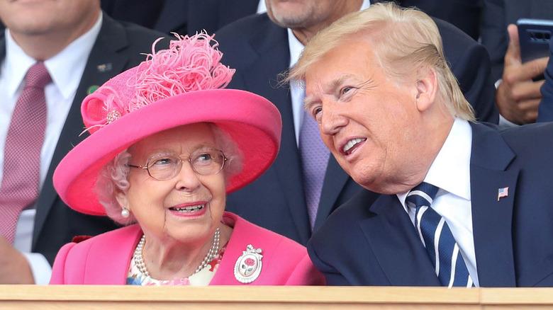 Queen Elizabeth und Donald Trump lächeln beide im Sitzen