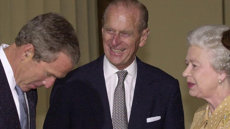 Queen Elizabeth, Prinz Phillip und George W. Bush teilen sich einen Moment