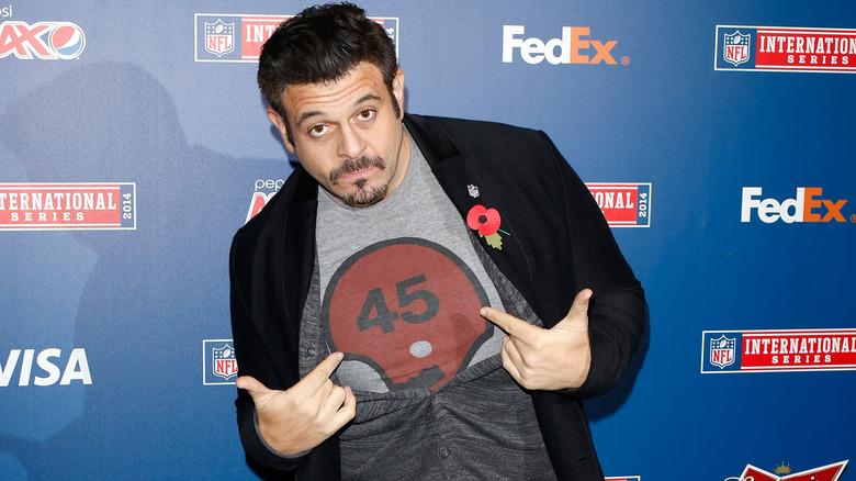 Adam Richman zeigt auf sein Hemd
