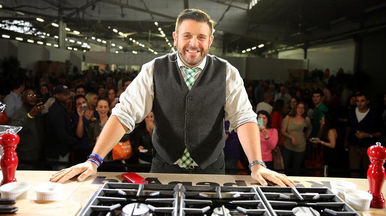 Adam Richman lächelt beim Kochevent