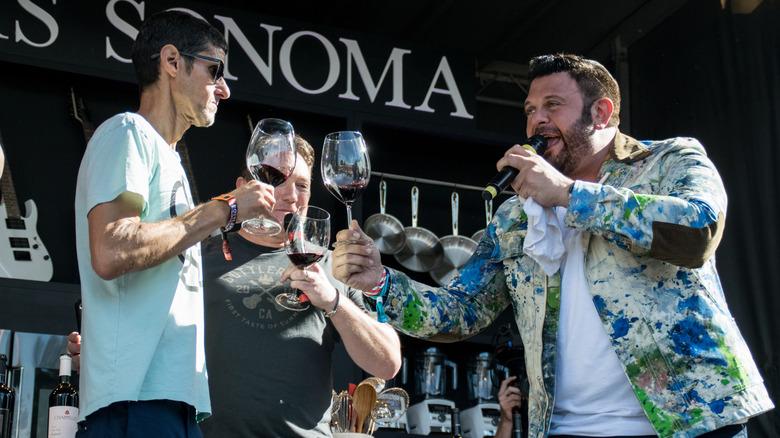 Adam Richman trinkt Wein mit den Beastie Boys