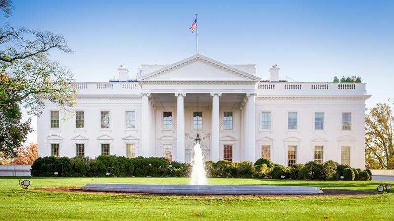 Weißes Haus an einem sonnigen Tag