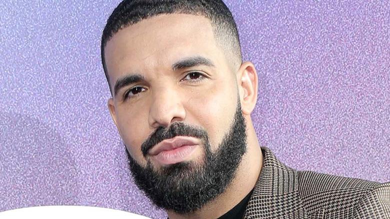 Drake trägt einen Blazer