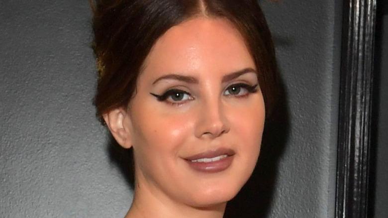 Lana Del Rey mit Bienenstockfrisur