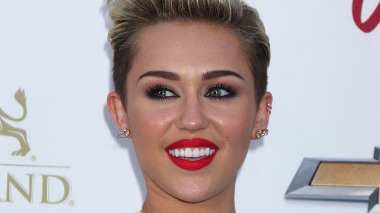 Miley Cyrus schaut weg