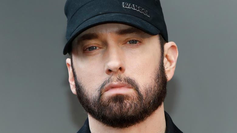Eminem trägt eine schwarze Mütze