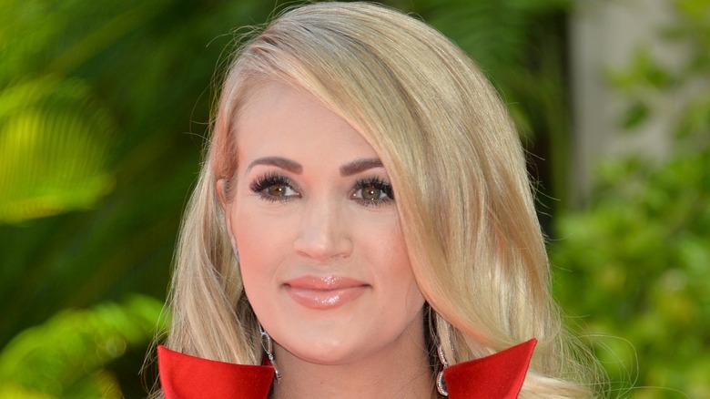 Carrie Underwood trägt eine rote Jacke
