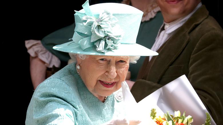 Königin Elizabeth II mit blauem Hut