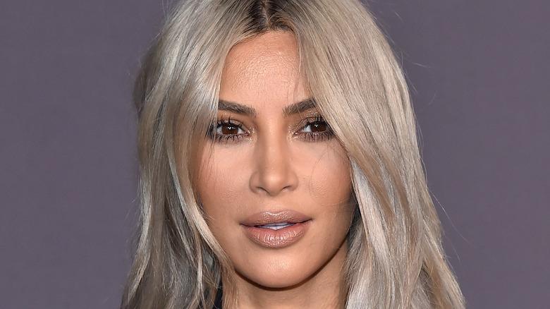 Kim Kardashian mit blonden Haaren