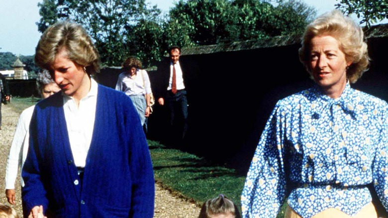 Prinzessin Diana und ihre Mutter gehen