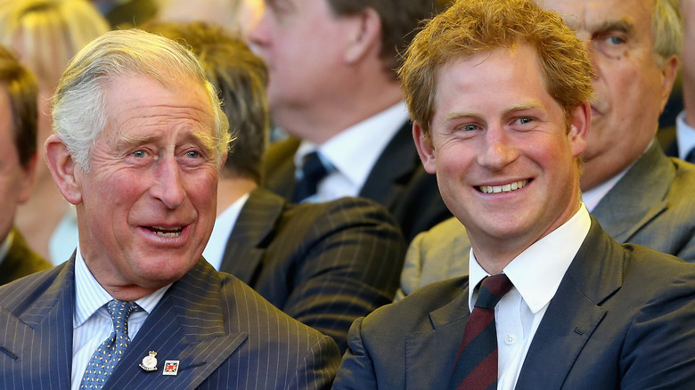 Prinz Charles und Prinz Harry lächeln und reden bei den Invictus-Spielen 2018