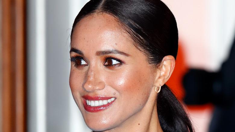 Meghan Markle, die Herzogin von Sussex, lächelt und schaut zur Seite