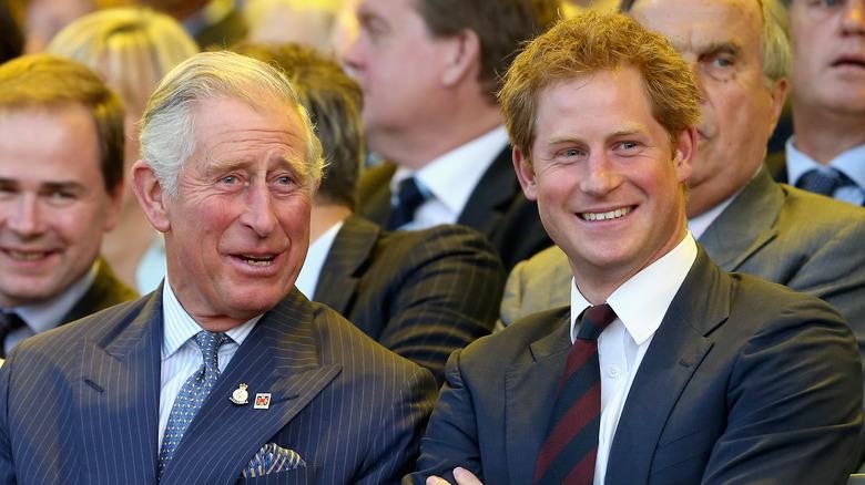 Prinz Charles sitzt mit Prinz Harry zusammen