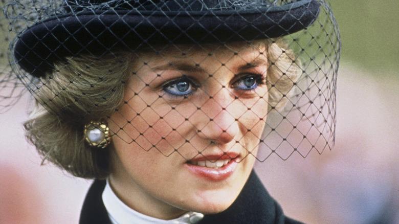 Prinzessin Diana mit schwarzem Hut