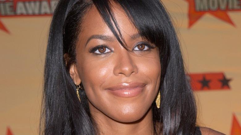 Aaliyah lächelt